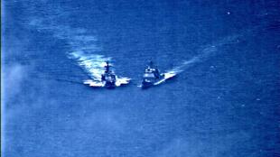 美俄两国战舰在海上擦肩而过  2019年6月7日周五 Une photo de surveillance où l'on voit le destroyer «Udaloy» et l' «USS Chancellorsville» se sont rapprochés dangereusement en mer des Philippines, le 7 juin 2019.