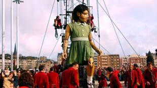 La Petite Géante créée par la compagnie Royal de Luxe à Nantes.