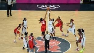 Timuu ya taifa ya basketball kutoka Angola ikimenyana kwenye michuano ya Olympiki