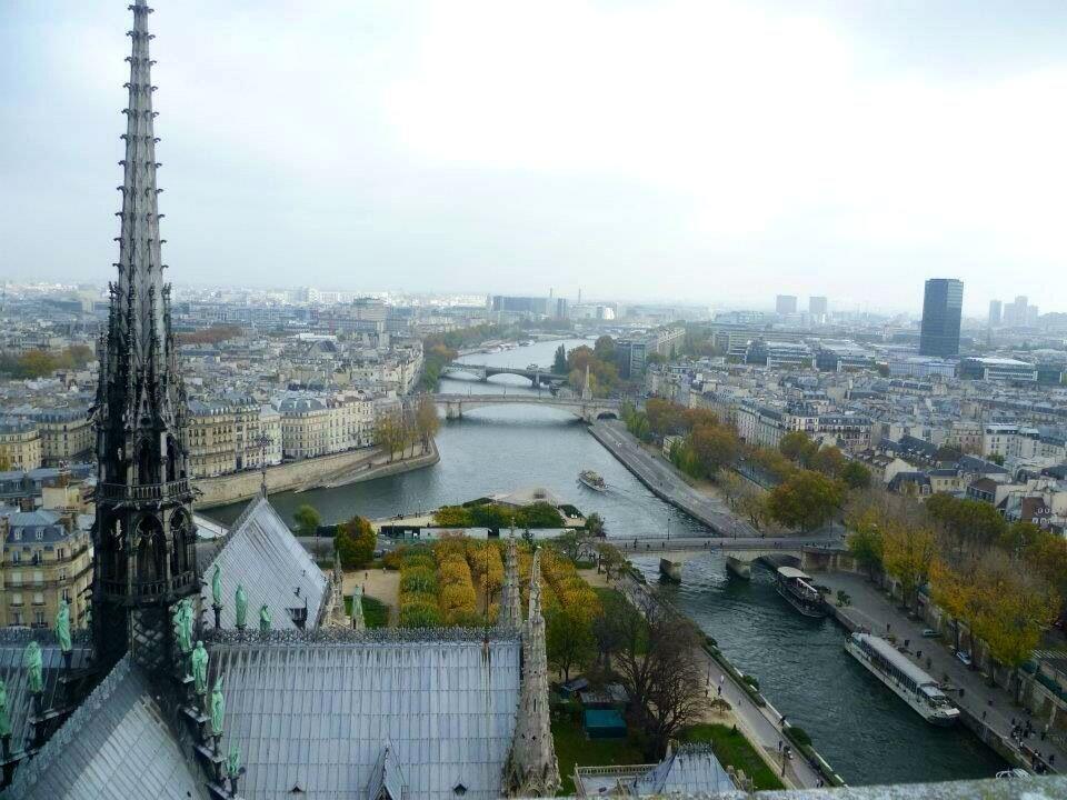 Chóp nhọn hình mũi tên trên nóc nhà thờ Đức Bà Paris.