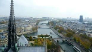 La aguja de Notre-Dame de París se derrumbó con el fuego.