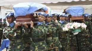 Les obsèques des sept Casques bleus nigériens, à Abidjan, le 14 juin 2012.