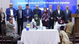 Un miembro de las fuerzas de seguridad en Afganistán recibe una dosis de vacuna anti-Covid en la ceremonia de lanzamiento de la campaña de vacunación en el palacio presidencial el 23 de febrero de 2021