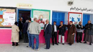 Des électeurs font la queue à l'entrée d'un bureau de vote à Tunis, ce dimanche 6 mai 2018..