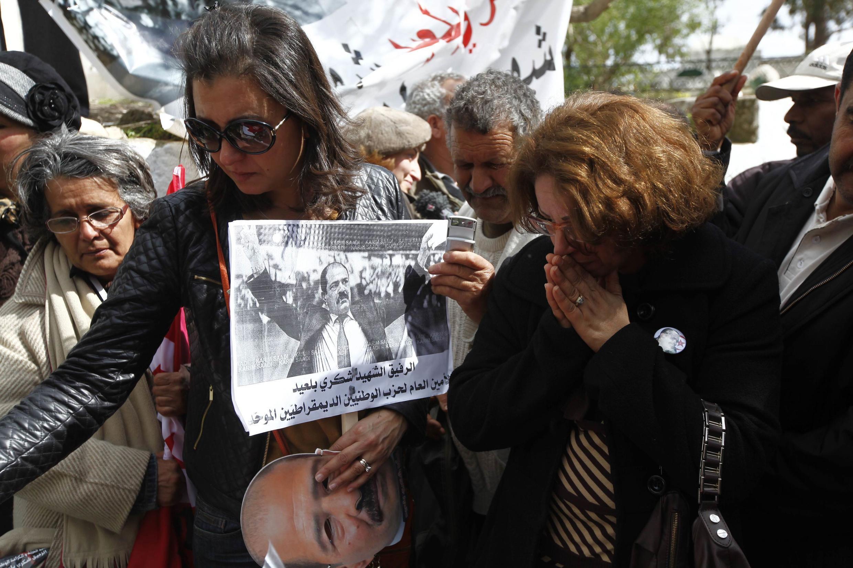 16 mars 2013 : deux femmes se recueillent sur la tombe de Chokri Belaïd, lors d'une cérémonie en hommage à l'opposant assassiné.