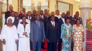 Michel Kafando, le président de la transition burkinabè et le nouveau Premier ministre Isaac Zida posent avec les autres membres du gouvernement le 24 novembre 2014.