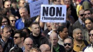 Manifestação contra homofobia nas ruas de Paris.