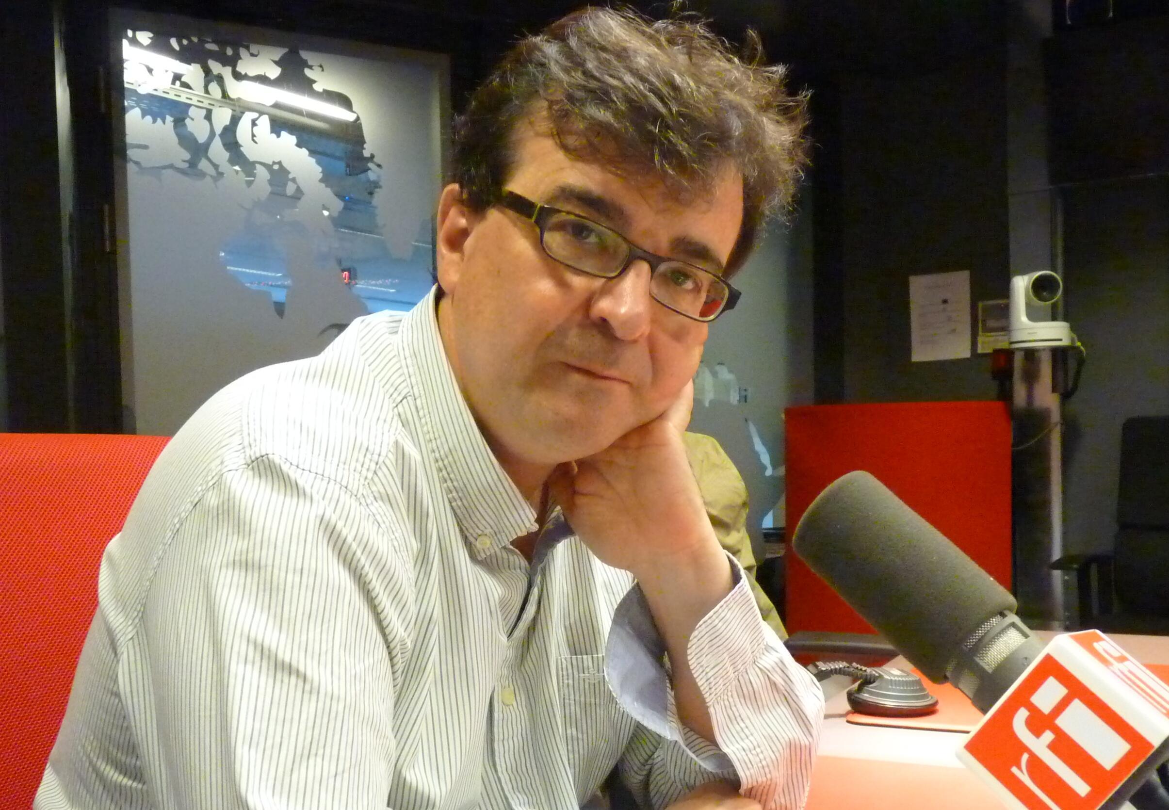 El escritor español Javier Cercas en los estudios de RFI