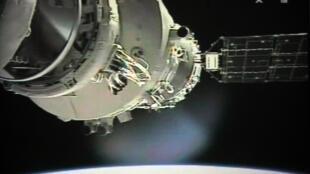 A estação espacial Tiangong-1 foi lançada ao espaço pela China em 2011. Foto mostra a nave espacial Shenzhou-9 se preparando para se conectar ao módulo Tiangong-1 em 24/06/12