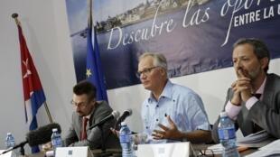 El jefe negociador de la UE, Christian Leffler, rodeado de los negociadores europeos Ben Nupnau y Robert Steinlechner, habla durante una conferencia de prensa, este 10 de septiembre en La Habana.