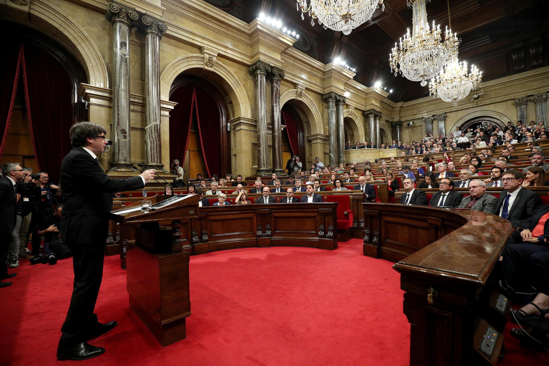 Rais jimbo la Catalonia Carles Puigdemont mbele ya Bunge la Catalonia tarehe 10 Oktoba 2017.