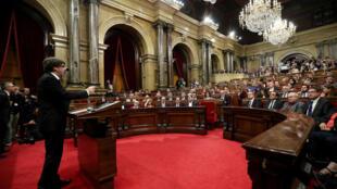 Le président séparatiste catalan Carles Puigdemont devant le Parlement catalan, le 10 octobre 2017.