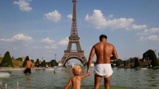 در روزهای استثناً گرم، پاریسیها در حوضهای عمومی شهر آبتنی میکنند