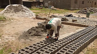 Fabrication traditionnelle des briques en Côte d'Ivoire, c'est le même process au Gabon. (Photo d'illustration)