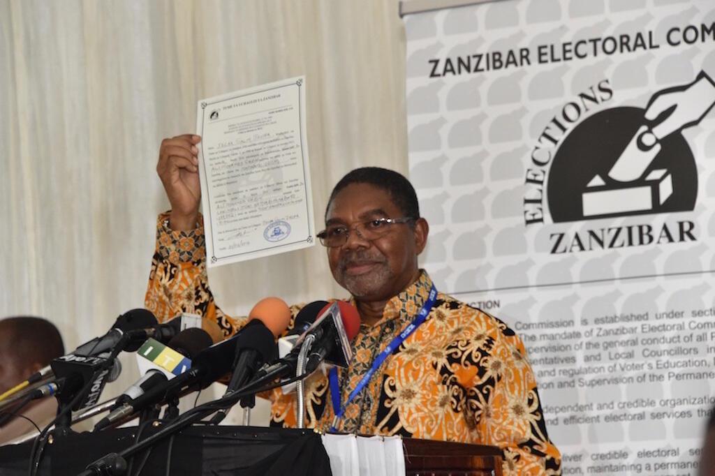 Rais mteule wa Zanzibar, Dr Ali Mohamed Shein, akionesha cheti alichokabidhiwa na tume ya uchaguzi Zanzibar, ZEC