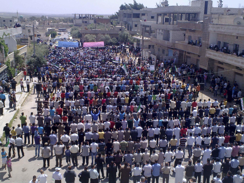 Raia nchini Syria wakiwa katika maandamano kuushinikiza utawala wa raisi Assad kuondoka madarakani