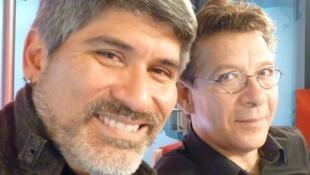 El guitarrista Piraí Vaca y el actor y director Marcos Malavia en los estudios de RFI en París
