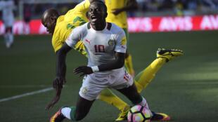 Le Sénégalais Sadio Mané (au premier plan) s'écroule suite à un contact avec le Sud-Africain Hlompho Kekana, le 12 novembre 2016, en éliminatoires de la Coupe du monde 2018.