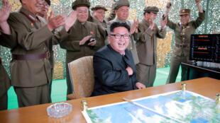 Assis, au centre de la photo, le dirigeant nord-coréen Kim Jung-un.