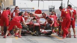 Felipe Massa faz um pit stop durante a segunda sessão de treinos livres no Bahrein nesta sexta-feira, 19 de abril de 2013.