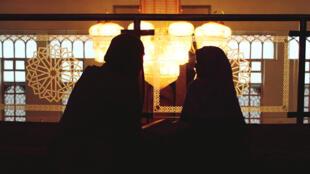 Les musulmans de Bosnie-Herzégovine cherchent leur voie, tiraillés entre les aspirations modernistes et laïques de la société, la tradition d'un islam ouvert et modéré, et ceux qui prônent une conception rigoriste.