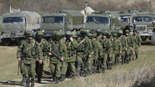 Hombres armados, sospechosos de ser soldados rusos, en  Simferopol, Crimea, lunes 3 de marzo de 2014.