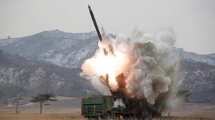 Quân đội Bắc Triều Tiên tập trận tên lửa. Ảnh do KCNA cung cấp ngày 4/3/2016.