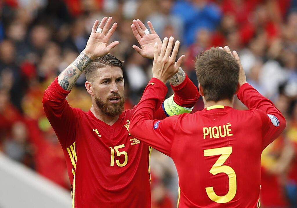 Walinzi wa timu ya Uhispania, Sergio Ramosi (Kushoto) akimpongeza mwenzake, Gerard Pique baada ya kufunga goli dhidi ya Jamhuri ya Czech, 13 June 2016