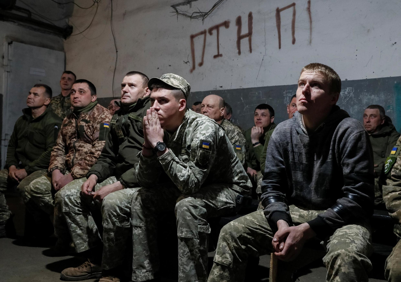Украинские военные следили за дебатами недалеко от линии фронта на востоке Украины