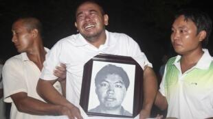 遇害船員家屬手持遺照痛哭失去親人
