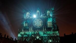 """La catedral de Saint Jean y la creación """"Genesis"""" de Théoriz Studio."""