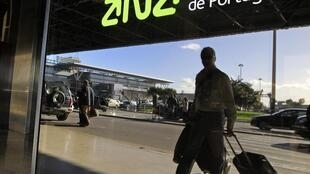 Passageiros chegam para embarcar no aeroporto de Lisboa nesta quarta-feira.