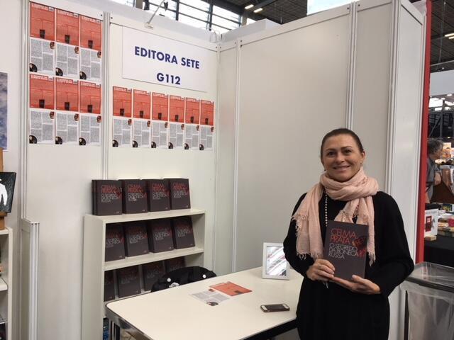 Celma Prata no estande para o único livro apresentado: O segredo da Boneca Russa