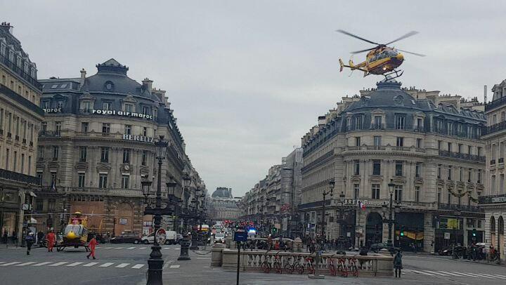 در پی این انفجار، هلیکوپترهای امداد برای انتقال زخمیشدگان، در میدان اپرای پاریس، یکی از دیدنیترین مکانهای پایتخت فرود آمدند.