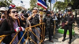 Người biểu tình tập hợp trước một phòng bỏ phiếu trung tâm Bangkok - REUTERS /Nir Elias