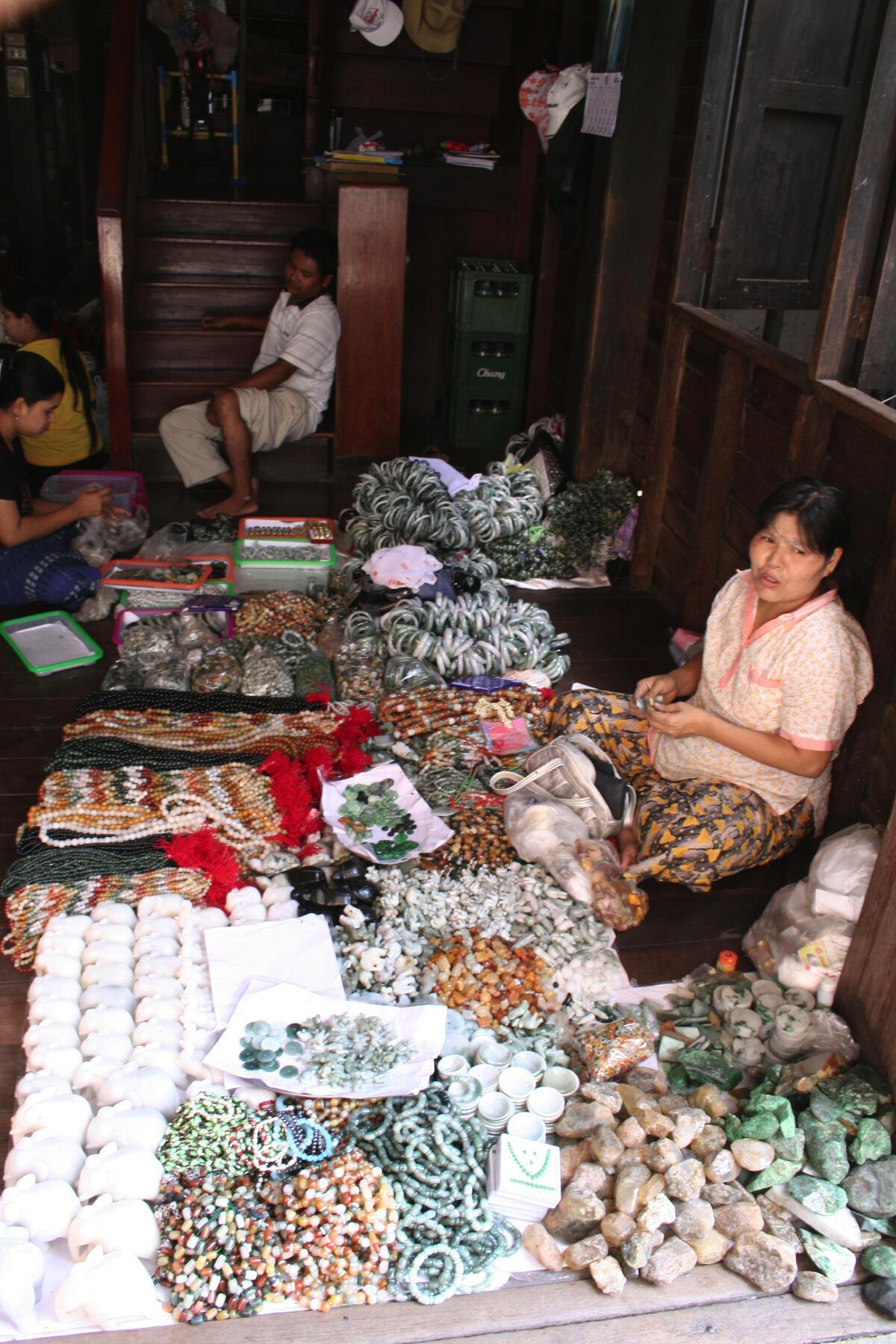 Une vendeuse de pierres semi-précieuses et précieuses d'origine birmane, à Mae Sot, à la frontière thaïlando-birmane.
