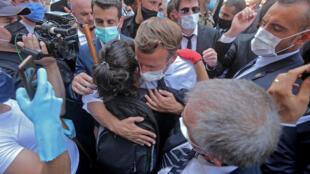 Presidente francês, Macron, no meio da multidão de um bairro de Beirute devastado por dupla explosão