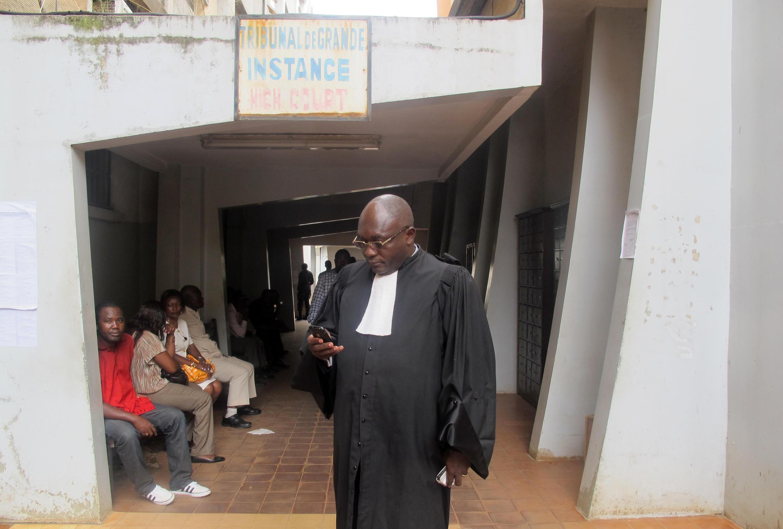 Un avocat devant le tribunal de grande instance de Yaoundé.
