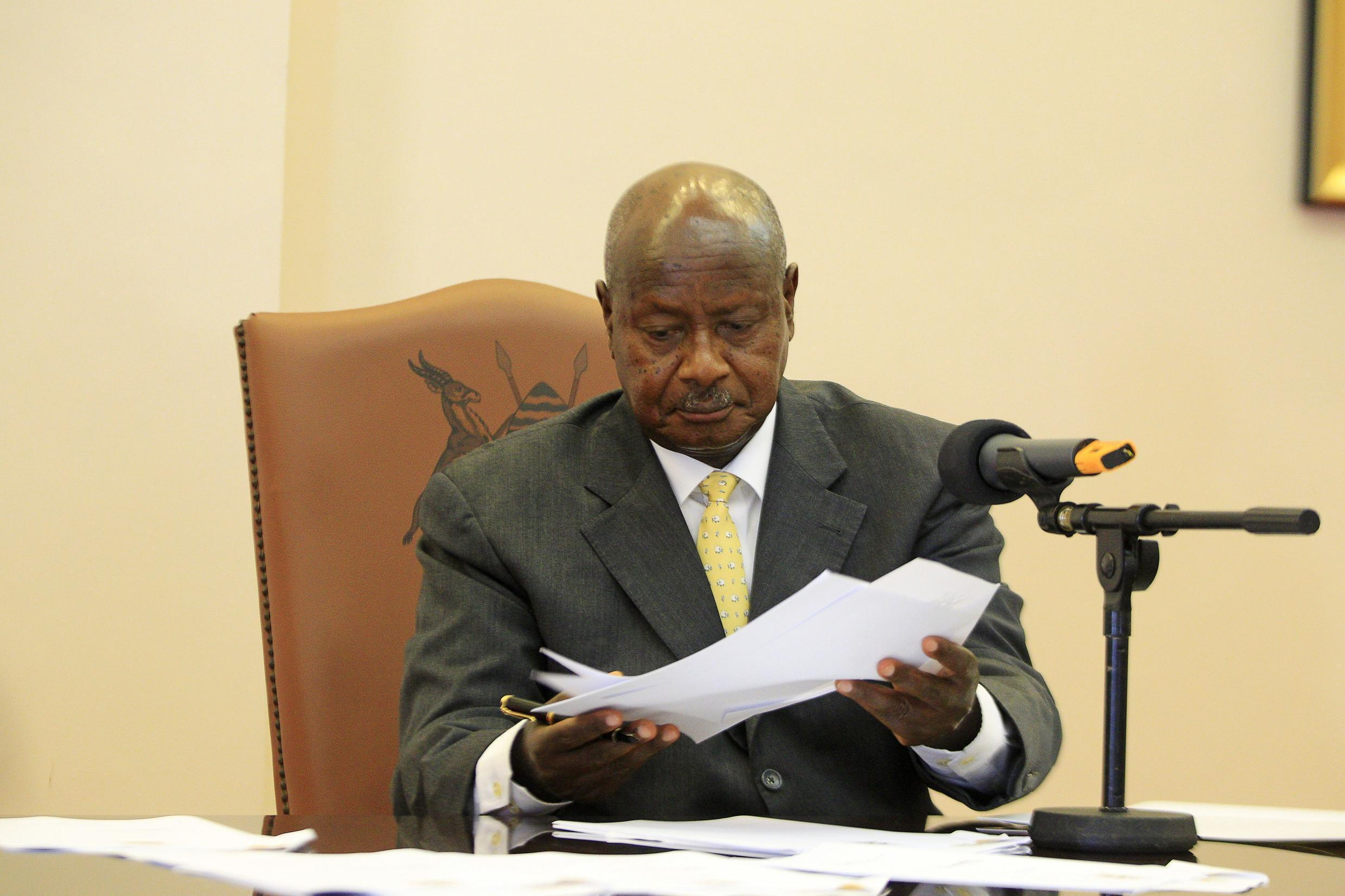 Uganda President Yoweri Museveni signs an anti-homosexual bill at the state house in Entebbe, 24 February, 2014