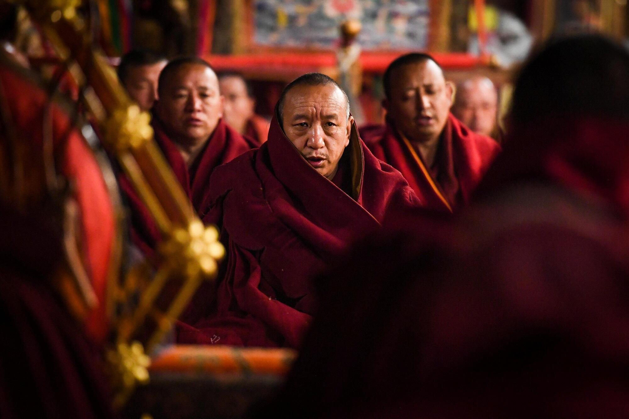 Các nhà sư Tây Tạng tụng kinh trong chùa Jokhang, tại Lhasa, khu tự trị Tây Tạng, Trung Quốc, ngày 28/01/2019.