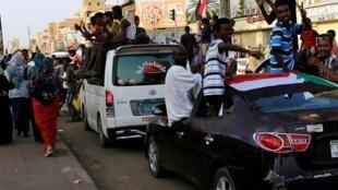 Les Soudanais célébrant dans les rues de Khartoum, le 5 juillet 2019, l'annonce de l'accord entre les militaires et les contestataires pour mettre fin à la crise (image d'illustration).