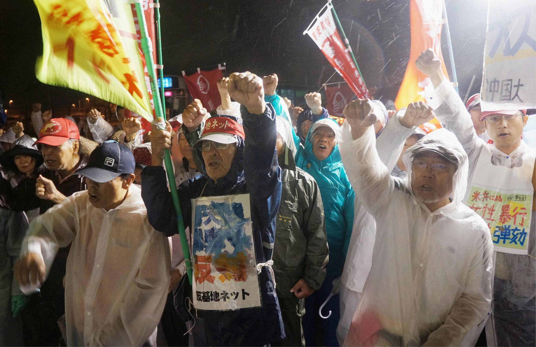 Biểu tình phản đối vụ lính Mỹ cưỡng hiếp phụ nữ Nhật Bản, trước cổng doanh trại quân đội Hoa Kỳ ở Okinawa, 17/10/2012