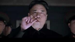 """Sony canceló el lanzamiento de la película """"La entrevista que mata"""" en la que el actor americano-coreano Randall Park interpreta al líder Kim Jong Un en un complot orquestado por la CIA para su asesinato."""