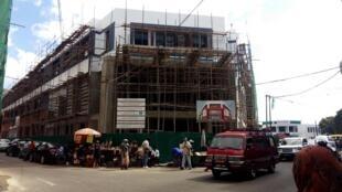 L'édifice de la Paositra Malagasy (Poste malgache), en plein coeur du quartier des bijoutiers à Antaninarenina (le 16/05/2020), arborait il y a encore quelques semaines une façade de style Art Déco.