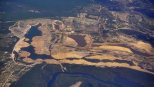 Vue aérienne de l'exploitation minière d'ilménite par QMM en périphérie de Fort Dauphin. Au sud, la lagune dans laquelle les pêcheurs affirment avoir de plus en plus de mal à trouver du poisson.