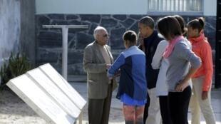Ahmed Kathrada (esq.), ex-companheiro de prisão de Nelson Mandela, faz visita guiada com a família Obama ao presídio de Robben Island.