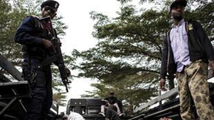 Des policiers encadrent les corps de membres présumés de la secte Bundu dia Kongo ayant mené l'attaque du lundi 8 août à Kinshasa.