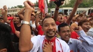 Những người ủng hộ  Phong trào Quốc gia vì Dân chủ (LND) chào mừng thắng lợi trong cuộc bầu cử Quốc hội bổ sung tại Miến Điện hôm 2/4/2012.