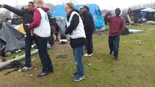 Voluntários da ONG Médecins du Monde visitam acampamento de migrantes, em Calais.