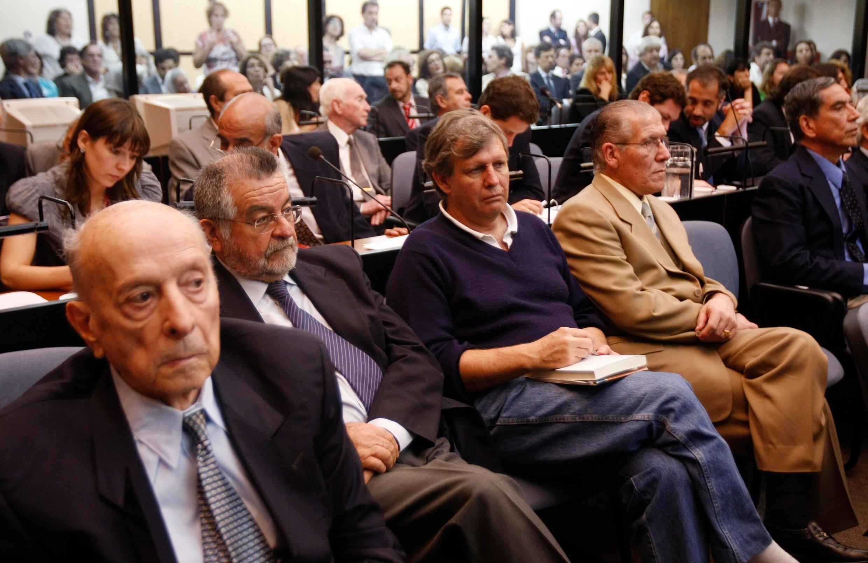 Các cựu sĩ quan Alfredo Astiz (giữa), J.C. Rolon, P.G Velazco trước toà án Buenos Aires (Reuters)